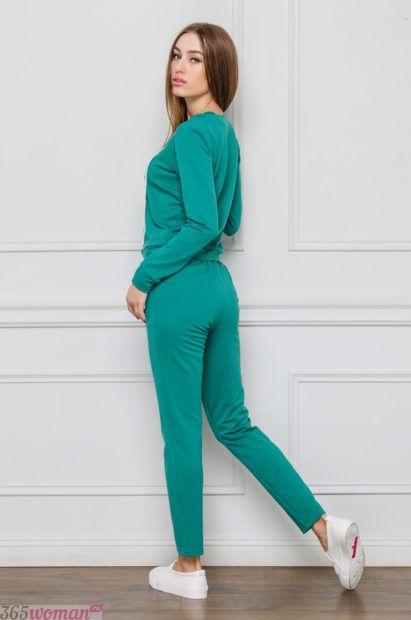 спортивный костюм в зеленом оттенке