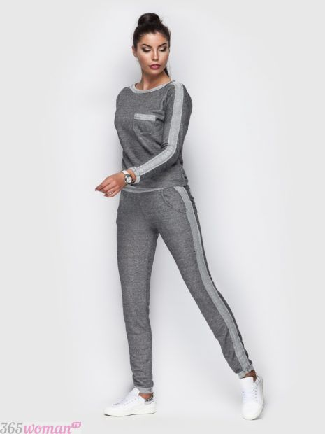 серый спортивный костюм