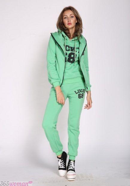 зеленый классический спортивный костюм
