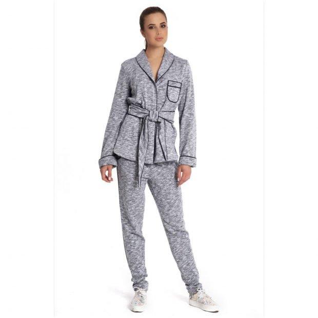 серый спортивный костюм в пижамном стиле
