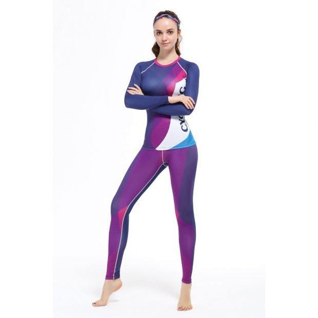 яркий фиолетовый спортивный костюм в обтяжку