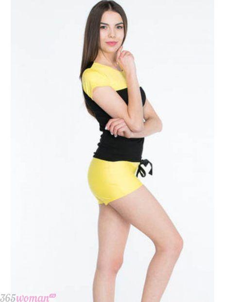 желтый костюм с шортами