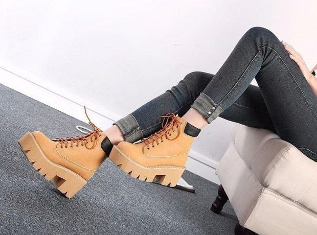 светлые ботинки на тракторной подошве