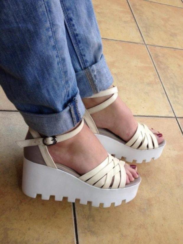 с чем носить обувь на тракторной подошве: босоножки на белой высокой