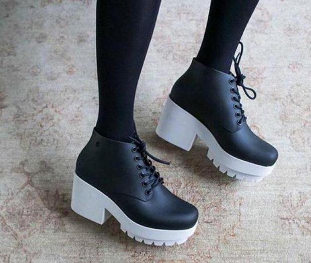 черные туфли на шнуровке на тракторной подошве