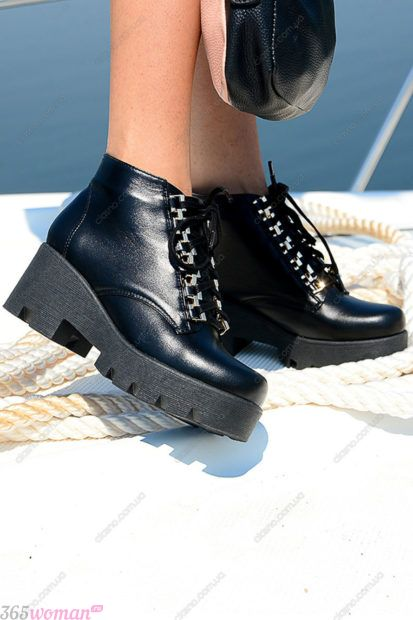 черные туфли на тракторной подошве на шнуровке
