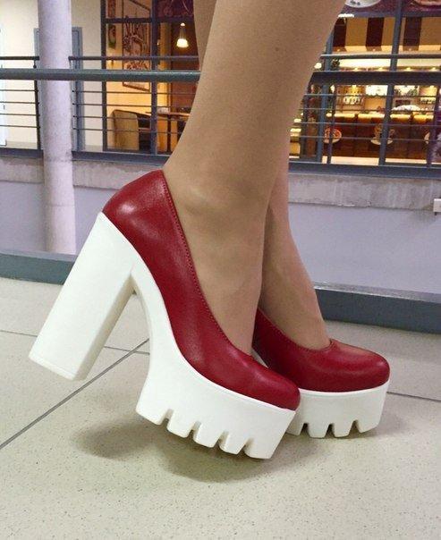 красные туфли на тракторной подошве