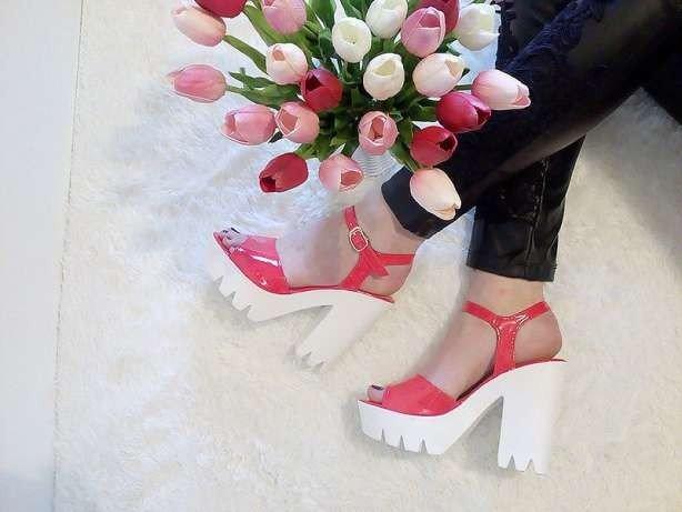 розовые босоножки на тракторной подошве