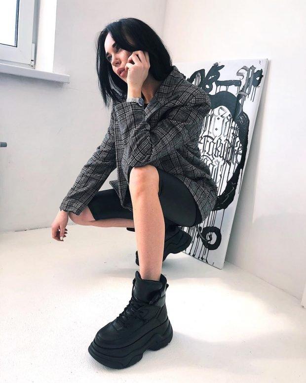 с чем носить обувь на тракторной подошве: серый пиджак