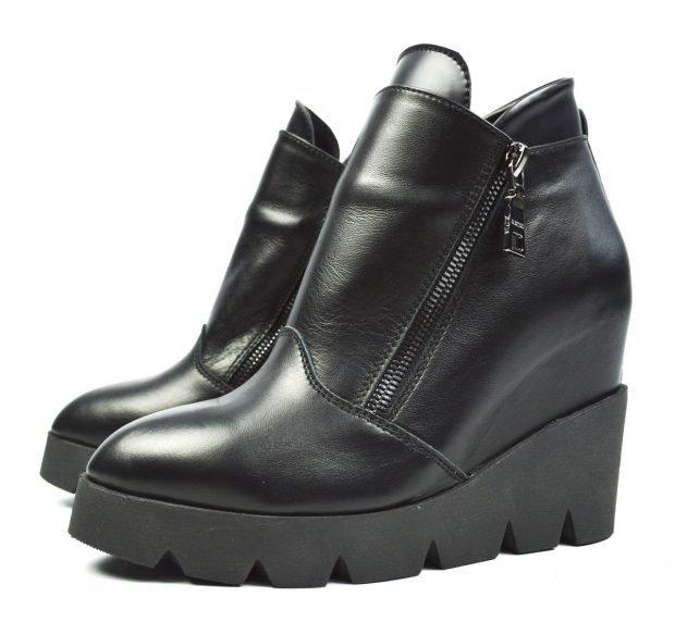 модные черные ботинки на танкетке из кожи фото женских сапог весна 2018