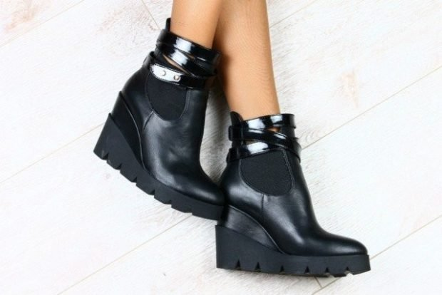 черные кожаные ботинки на танкетке