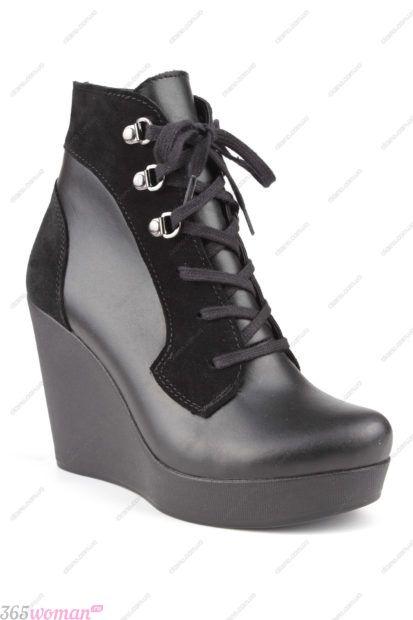 черные кожаные ботинки на танкетке на шнуровке