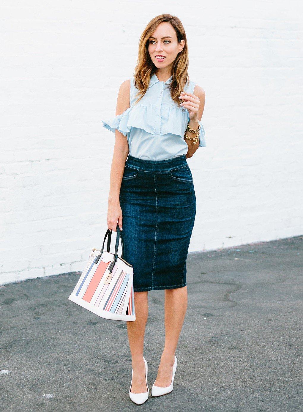 стильный образ весна 2019: темная джинсовая юбка и голубая блуза с воланами