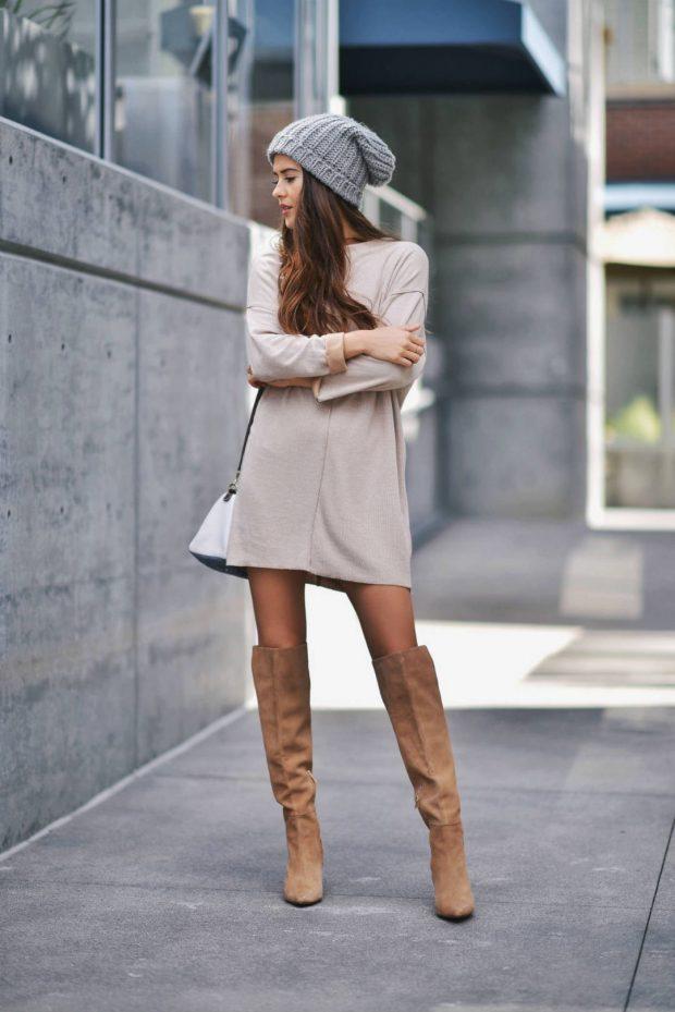 теплое бежевое платье и ботфорты