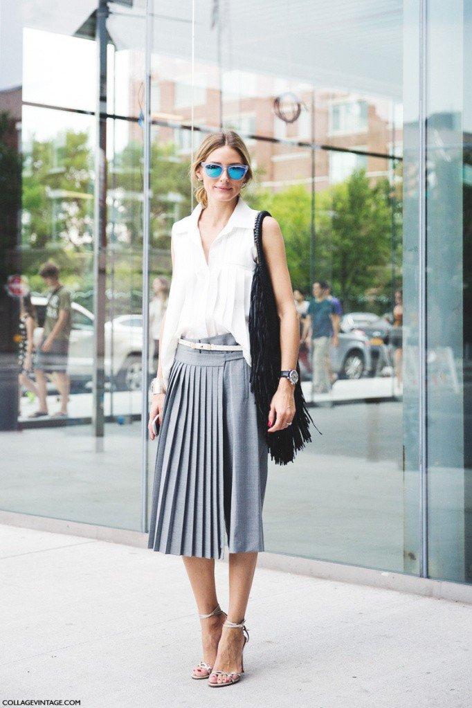 модные образы весна лето 2019: серая юбка плиссе и белая блуза