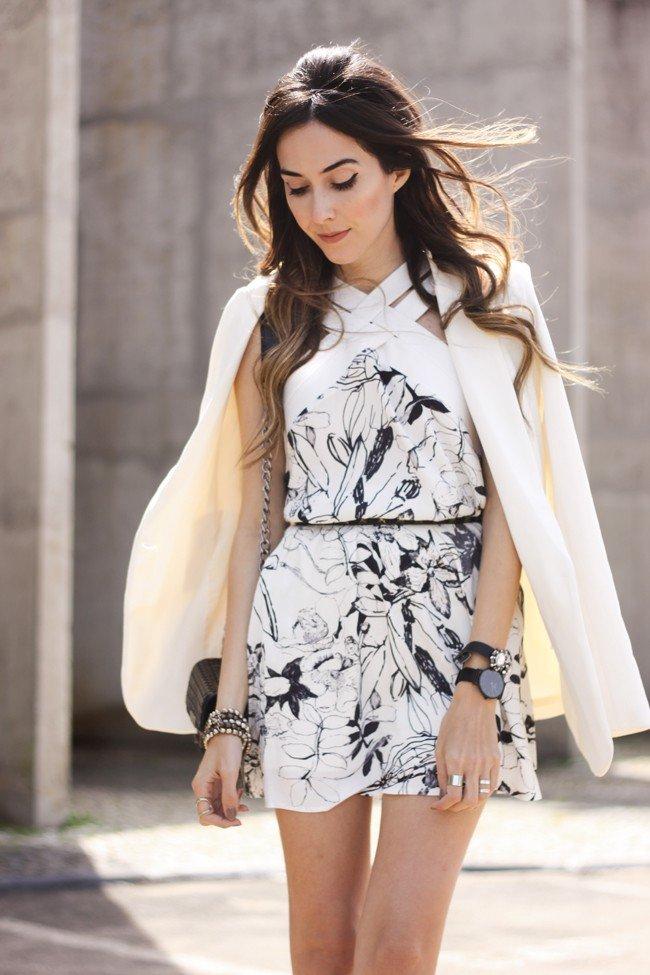 светлое платье с принтом и молочный пиджак