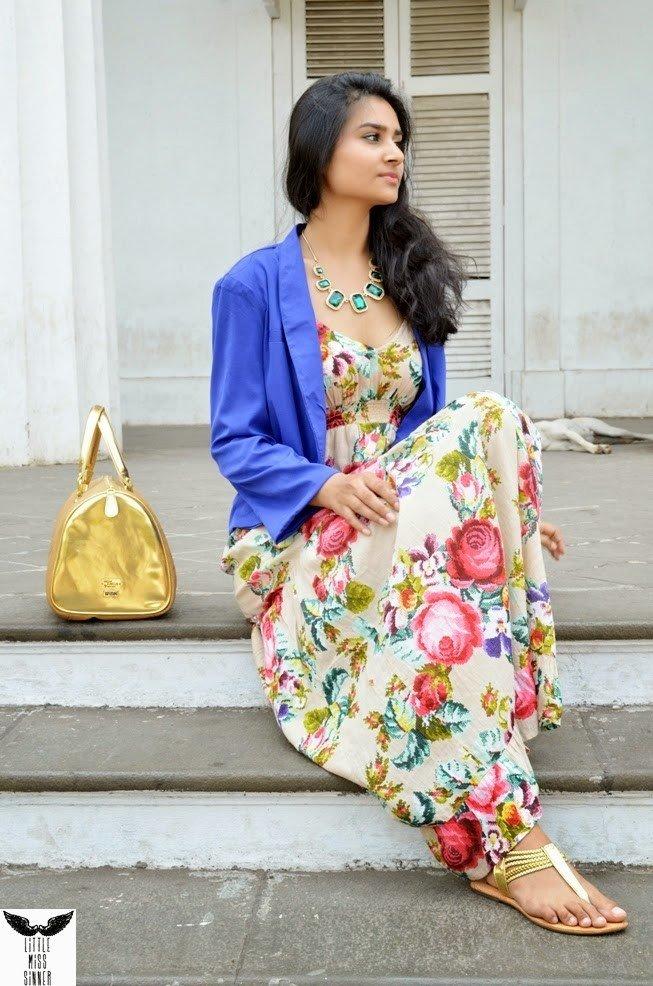 модные образы весна лето 2019: платье цветочный принт и синий пиджак