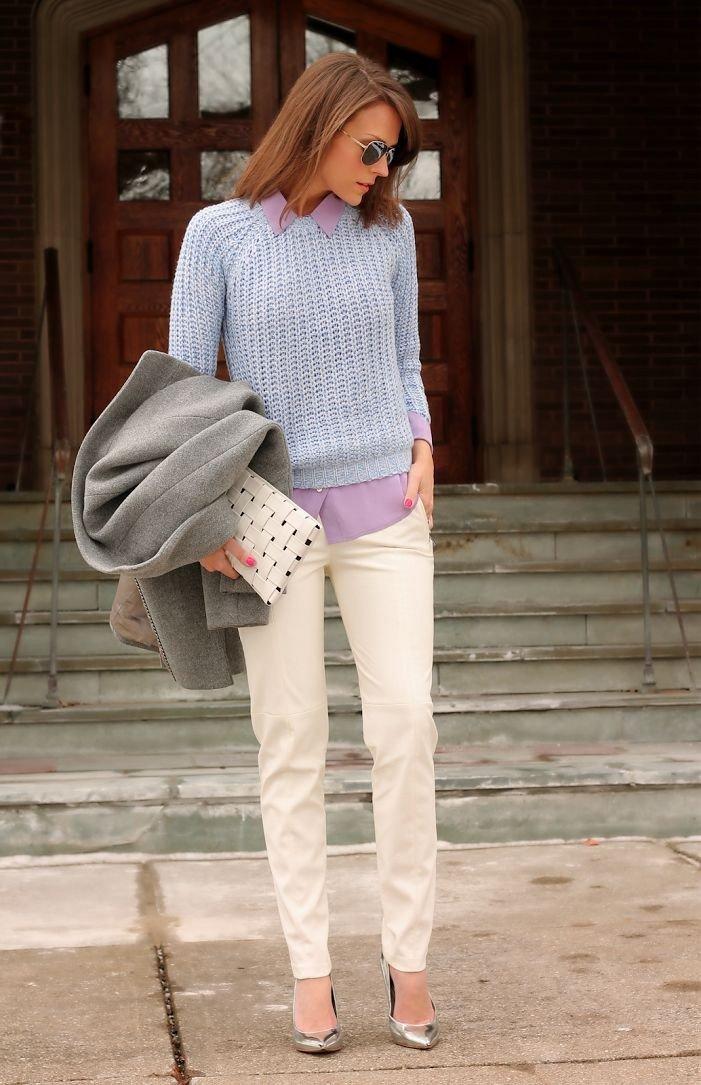 бежевые брюки, серый свитер и пиджак