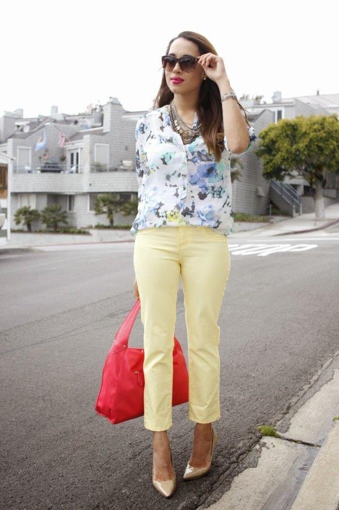 желтые брюки и блуза в цветочный принт