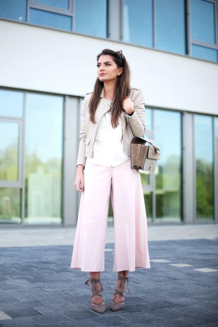 розовые кюлоты и светлый пиджак