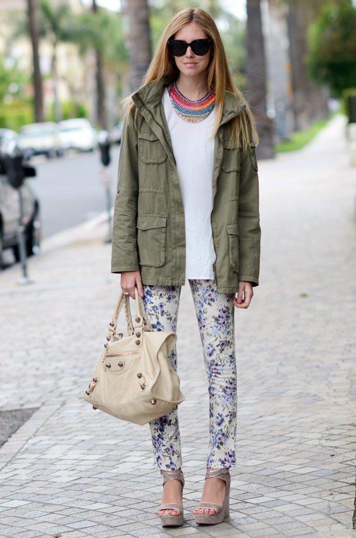 цветные брюки и парка цвета хаки