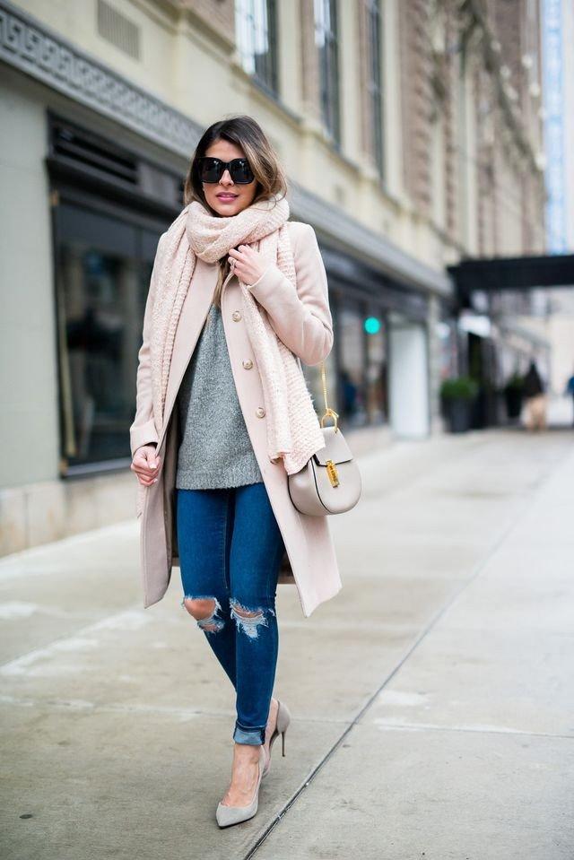 рваные джинсы и розовое пальто