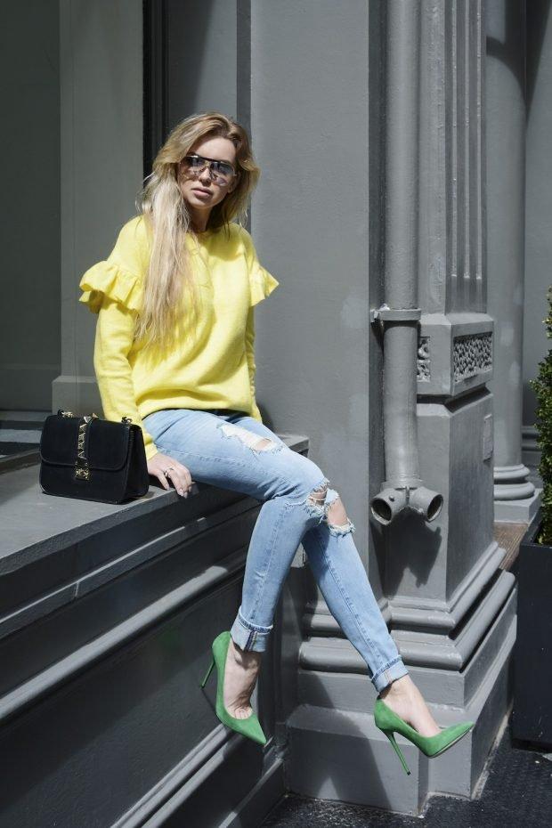равные джинсы и желтая блуза с воланами