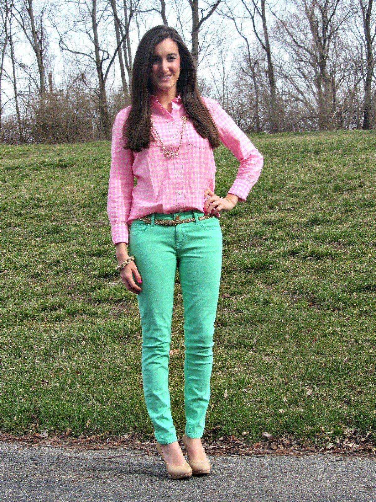 модные образы весна 2019: зеленые джинсы и розовая блуза в клетку
