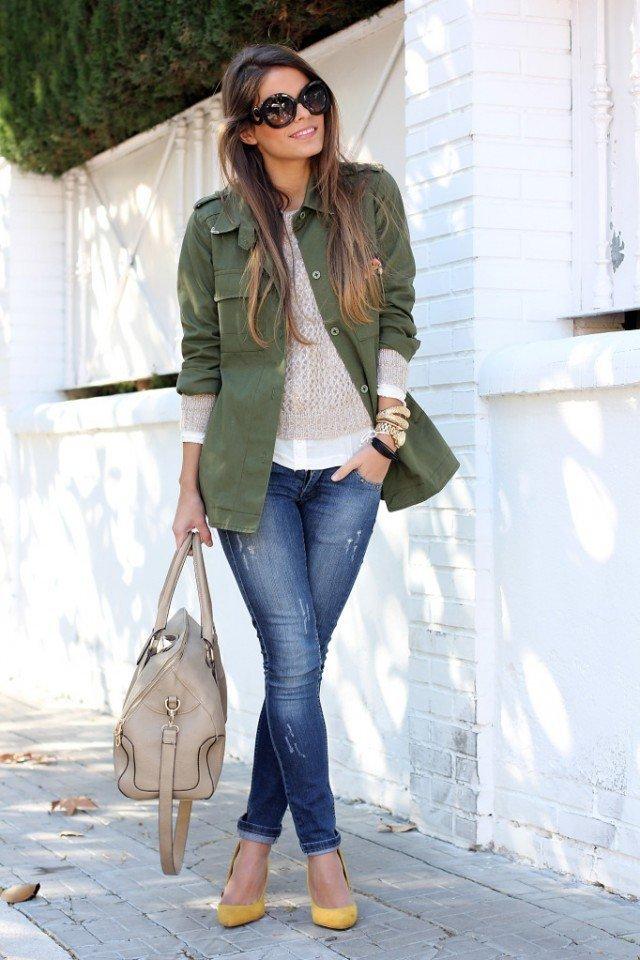 тесные джинсы и парка цвета хаки