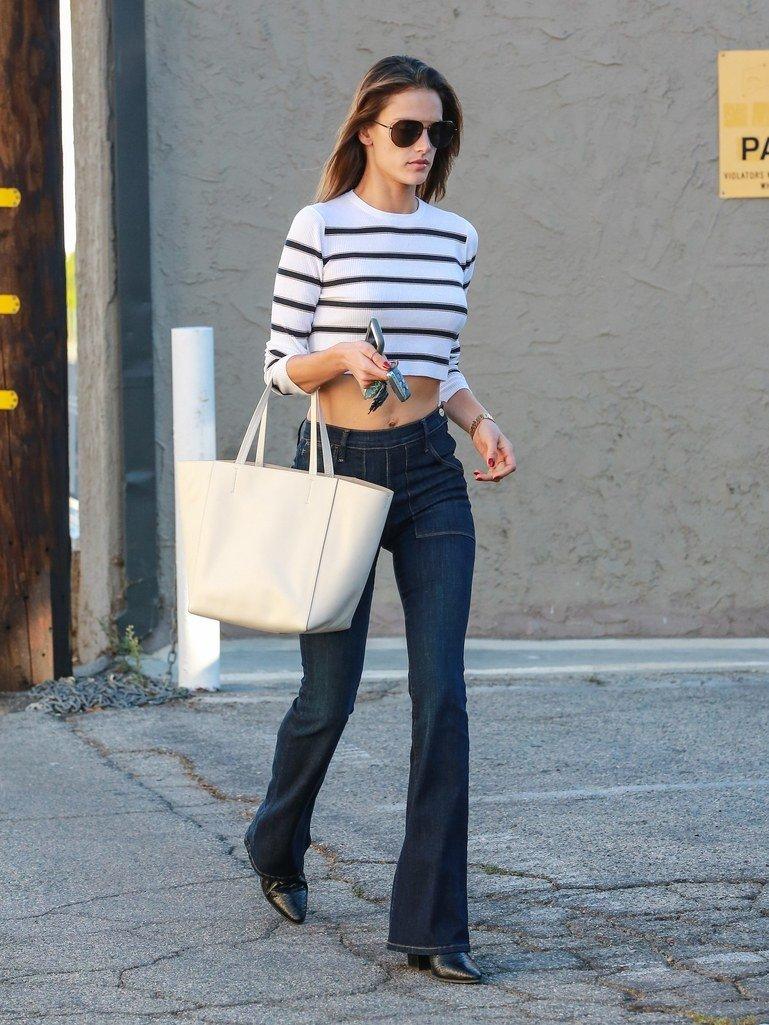 расклешенные джинсы и полосатая кофта