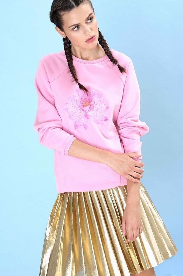 розовый свитшот и золотая плиссированная юбка