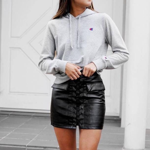 светлый свитшот и черная кожаная юбка мини