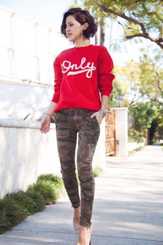 красный свитшот и камуфляжные брюки
