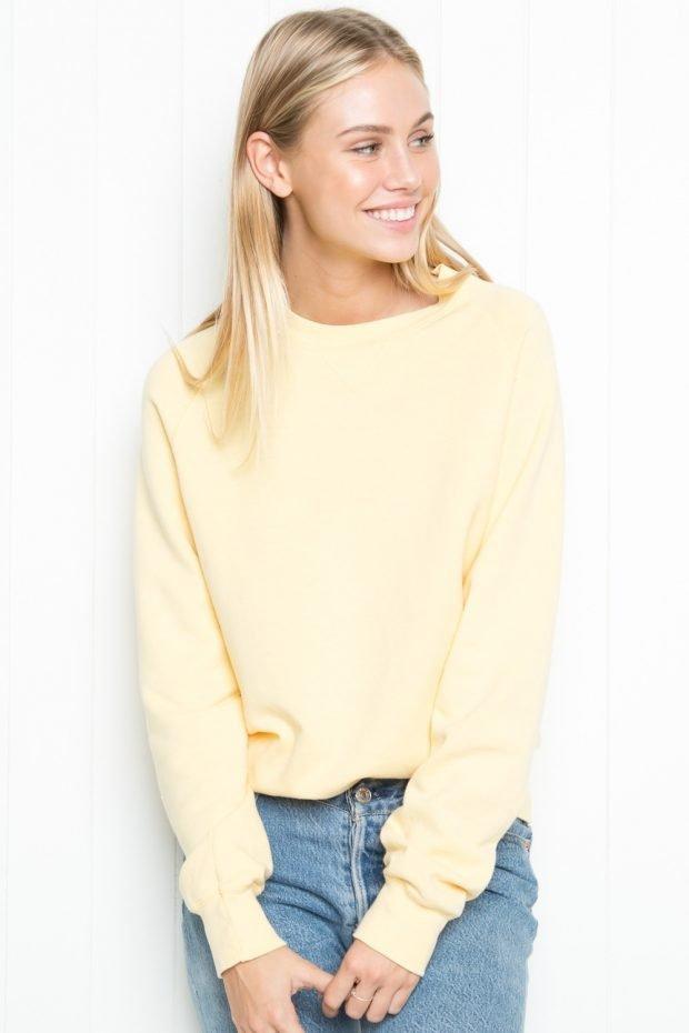 желтый свитшот и джинсовая юбка блондинка