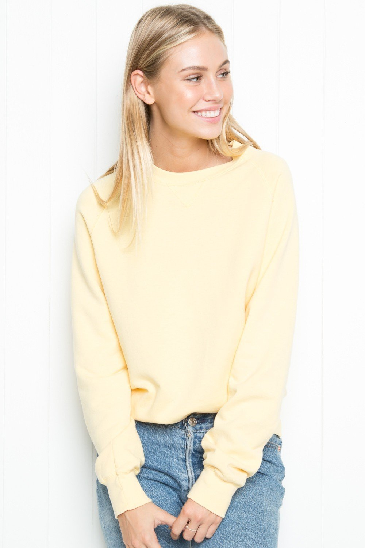 образы весна фото 2019: желтый свитшот и джинсовая юбка блондинка