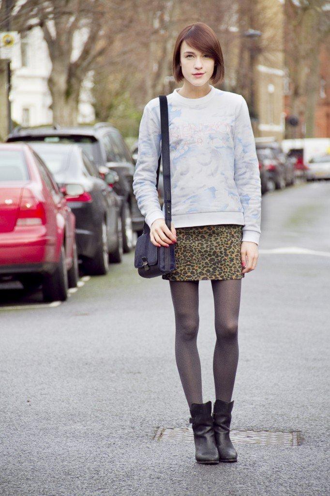 светло-серый свитшот и юбка мини