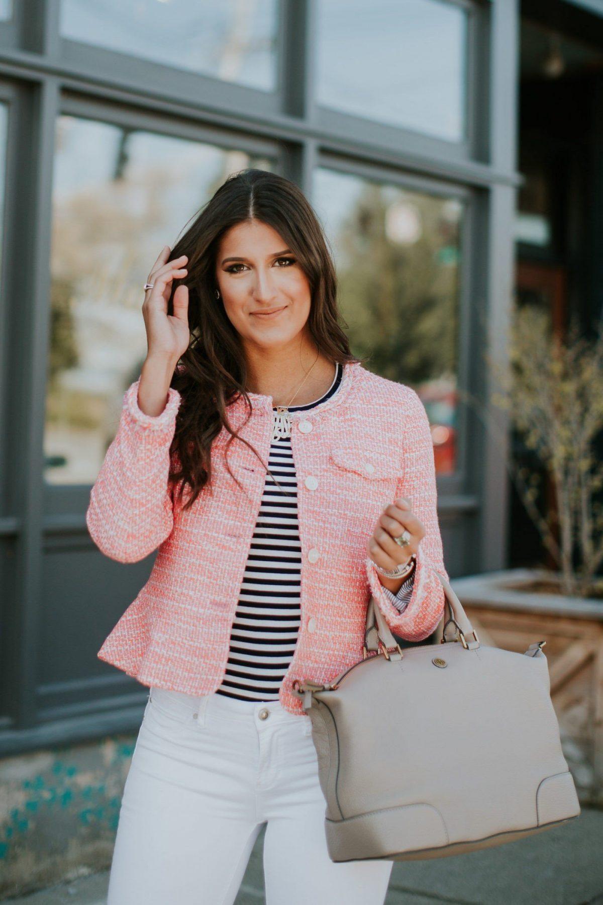 стильный образ весна 2019: розовый пиджак и светлые брюки повседневный