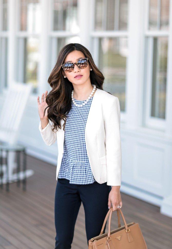 белый пиджак черные брюки и блуза в клетку