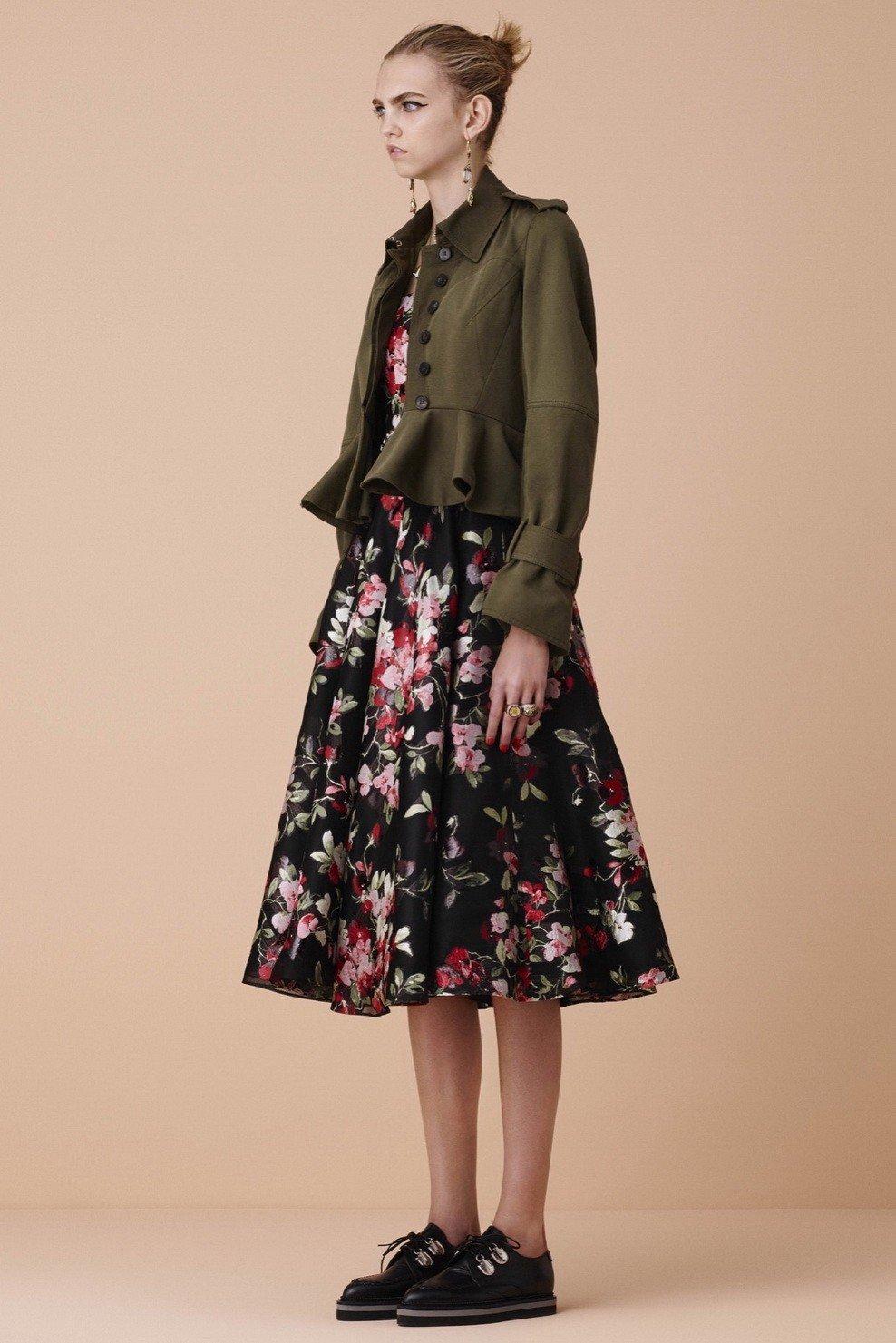стильный образ весна 2019: юбка цветочный принт и пиджак цвета хаки повседневный