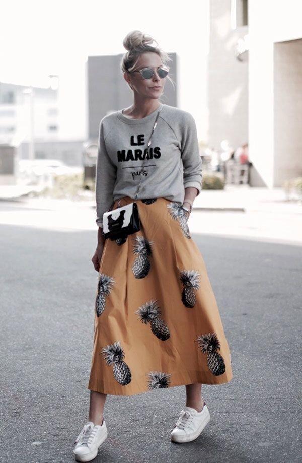 юбка с принтом и серый реглан