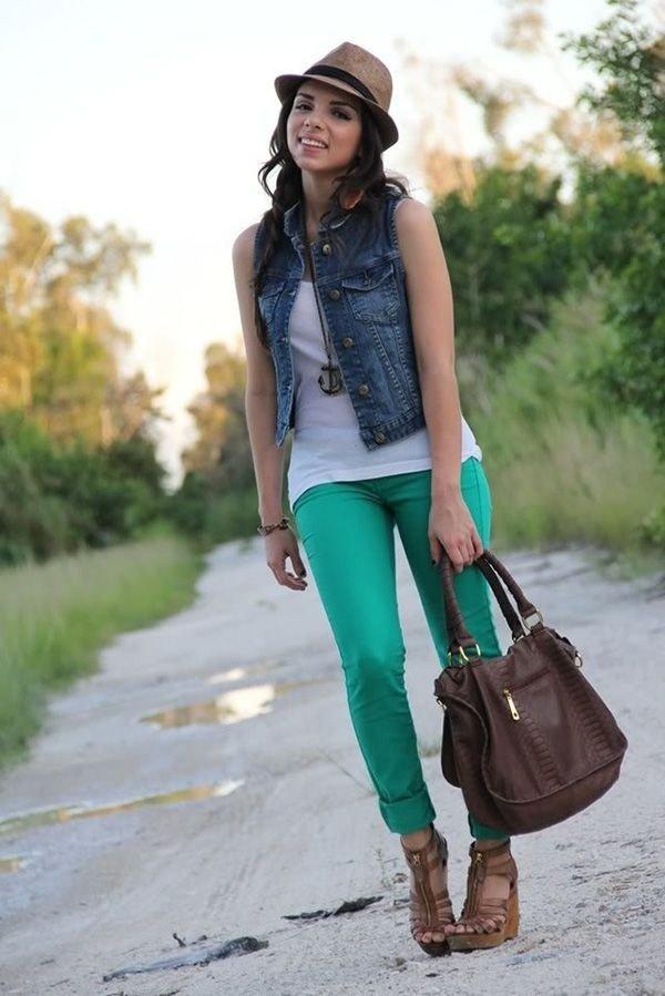 джинсовый жилет зеленые брюки и шляпа