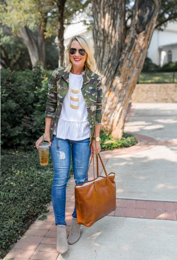 стильные образы весна лето 2019: камуфляжный пиджак и джинсы повседневный блондинка