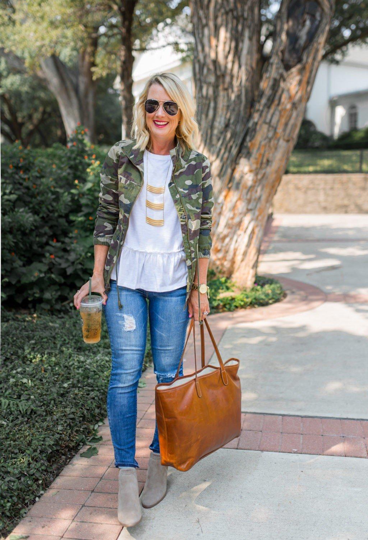 стильный образ весна 2019: камуфляжный пиджак и джинсы повседневный блондинка