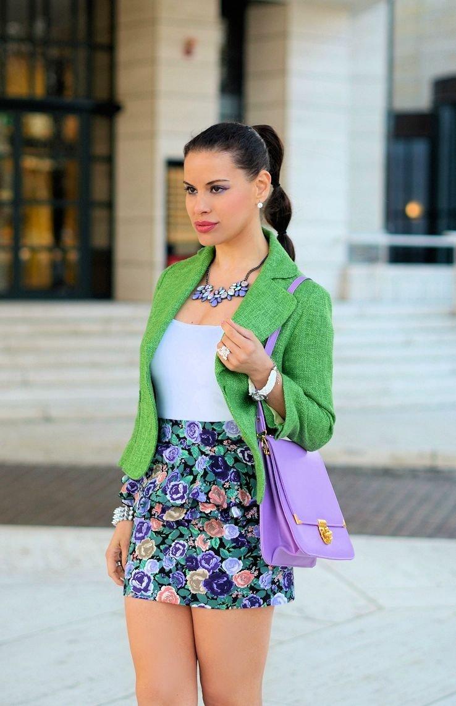 стильный образ весна 2019: зеленый пиджак и юбка цветочный принт повседневный