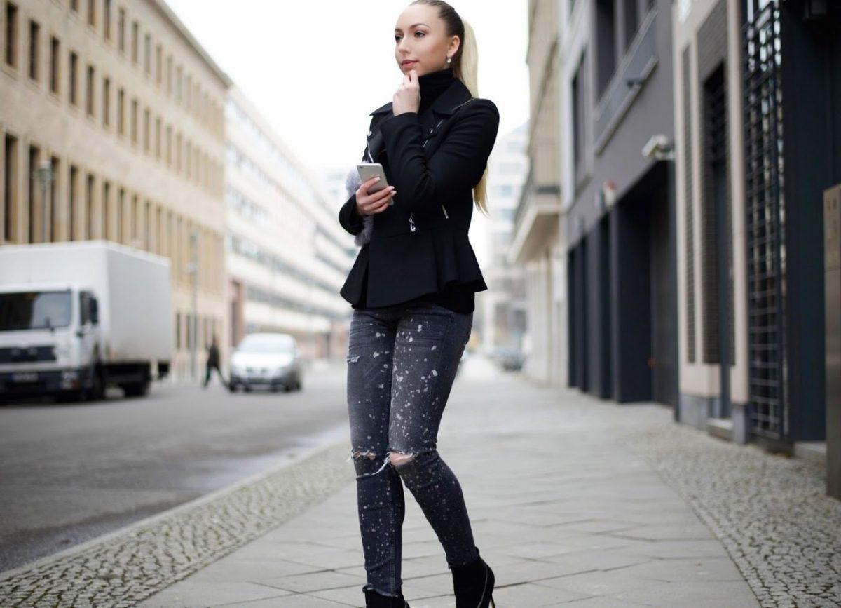 образы весна фото 2019: черный пиджак пеплум и джинсы с декором