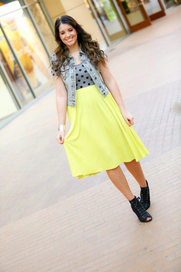 джинсовый жилет и желтая юбка