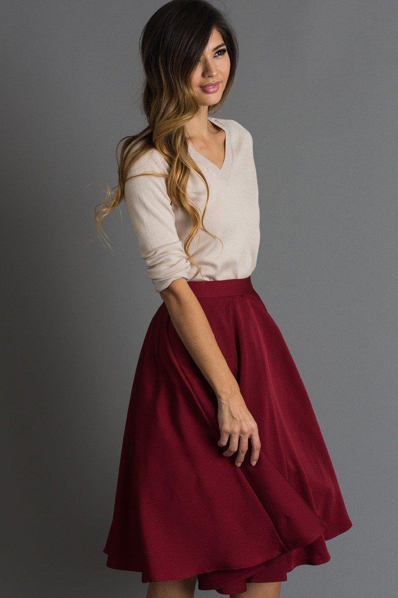 модные образы весна 2019: бордовая юбка-миди и светлая блуза