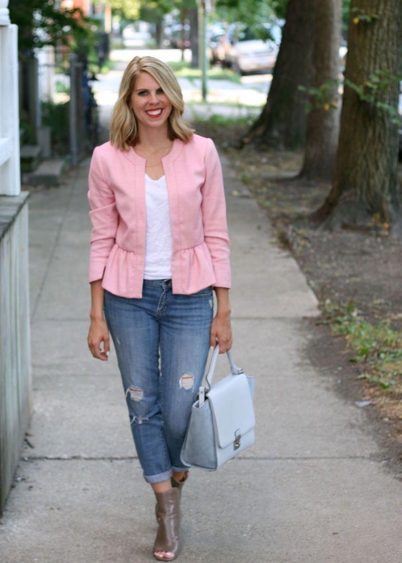 модные образы весна 2019: розовый пиджак пеплум и джинсы блондинка