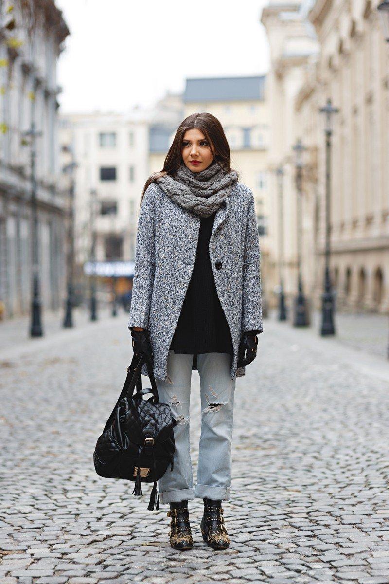 стильный образ весна 2019: серое пальто и рваные джинсы