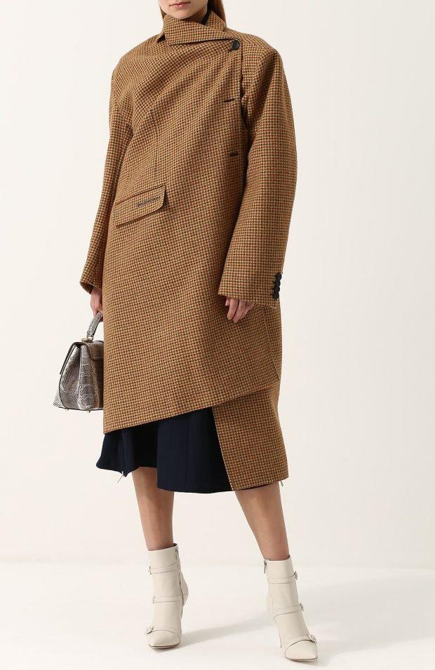 стильные образы весна лето 2019: бежевое асимметричное пальто в клетку и черная юбка